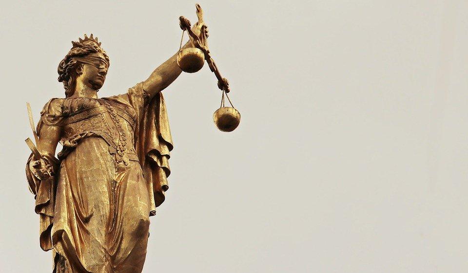Kuva naisesta joka kantaa vaakaa, joka edustaa tasavertaisuutta