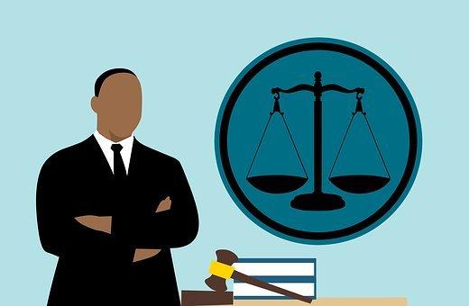 Tuomari miettimässä oikeuden toteutumista